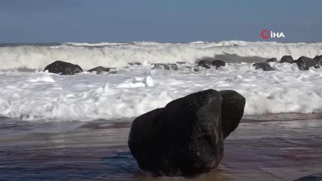 Karadeniz'de dev dalgalar oluştu, deniz yola taştı
